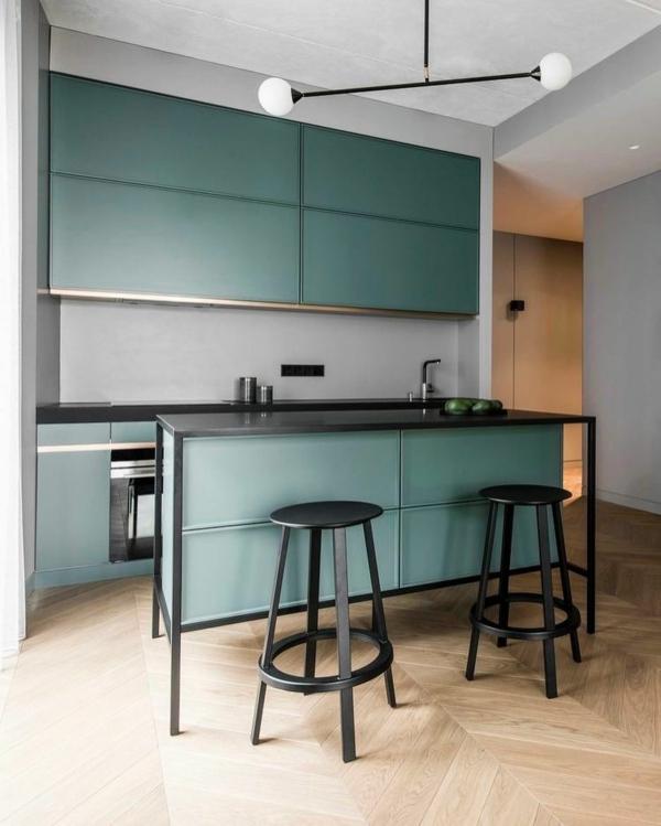 tendances cuisine 2020 mobilier en bois vert pétrole et métal noir sol en bois clair