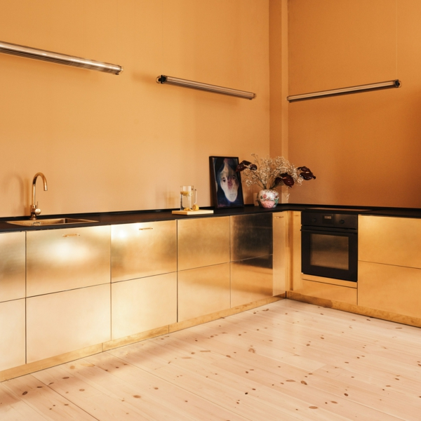tendances cuisine 2020 sol en bois clair armoires finition dorée murs en orange terrestre