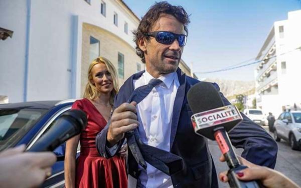 Carlos Moyá et sa femme Carolina Cerezuela arrivent au mariage de Rafael Nadal