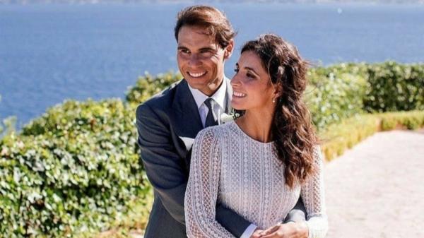 Rafael Nadal vêtu d'un costume gris et la mariée Siska habillée d'un robe élégante aux manches longues