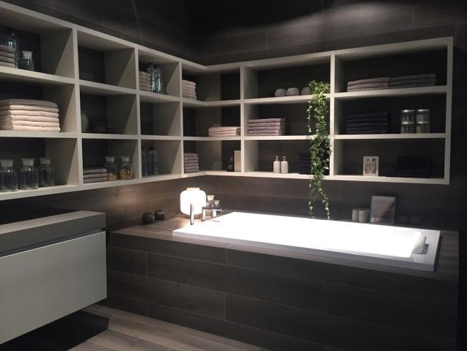 aménagement de salle de bain tout est rangé