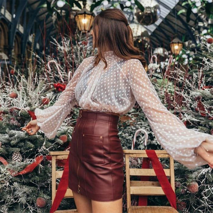 blouse à manches bouffantes transparente et jupe en cuir look tendance 2020