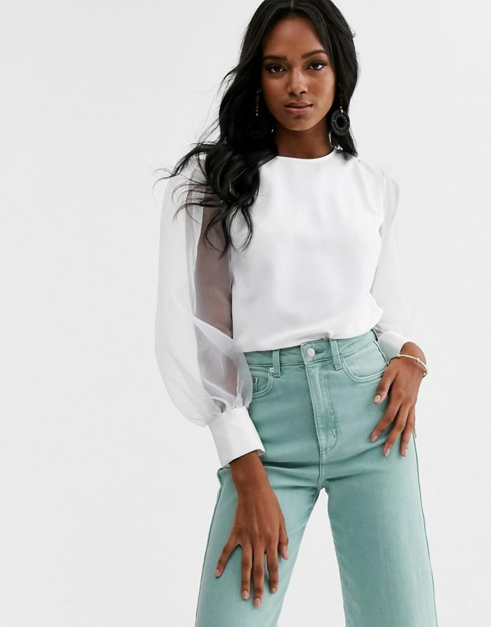 blouse blanche à manches bouffantes et jean en vert
