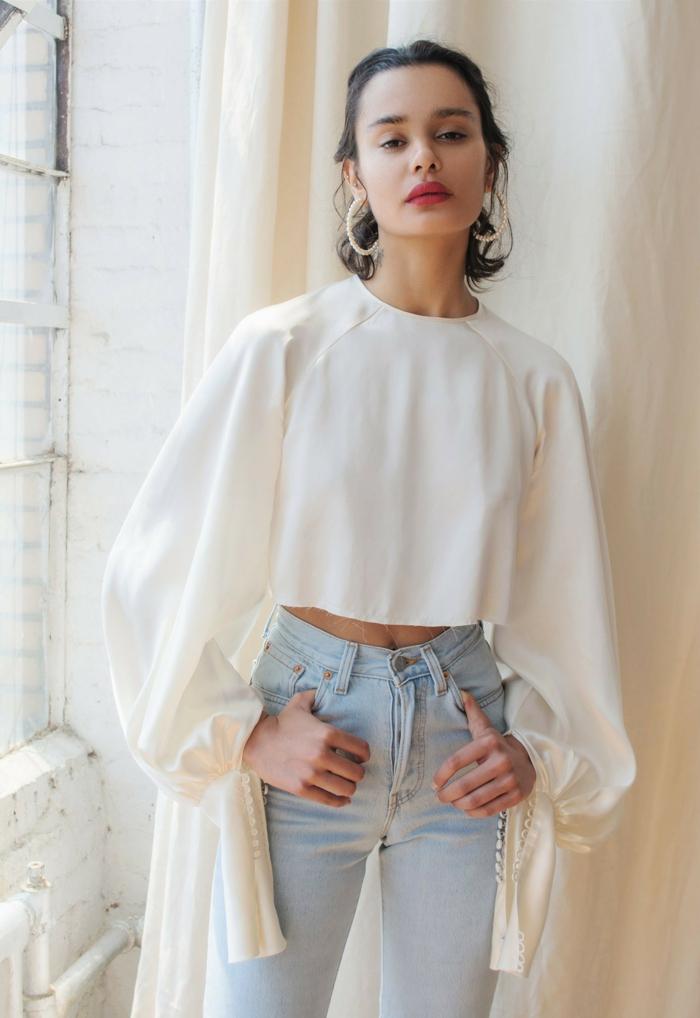 blouse blanche à manches bouffantes