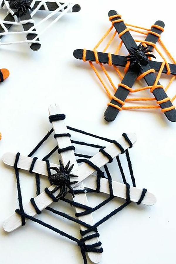 bricolage halloween toile d'araignée en bâtonnets de glace