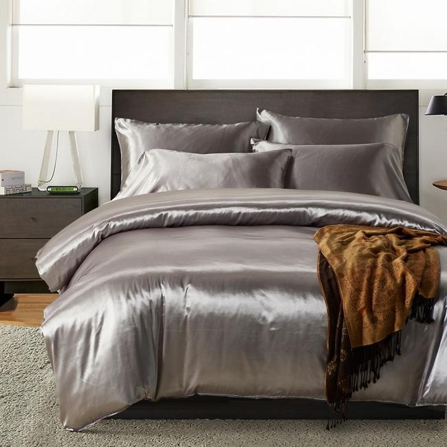 couvre-lit satin couleur argentée