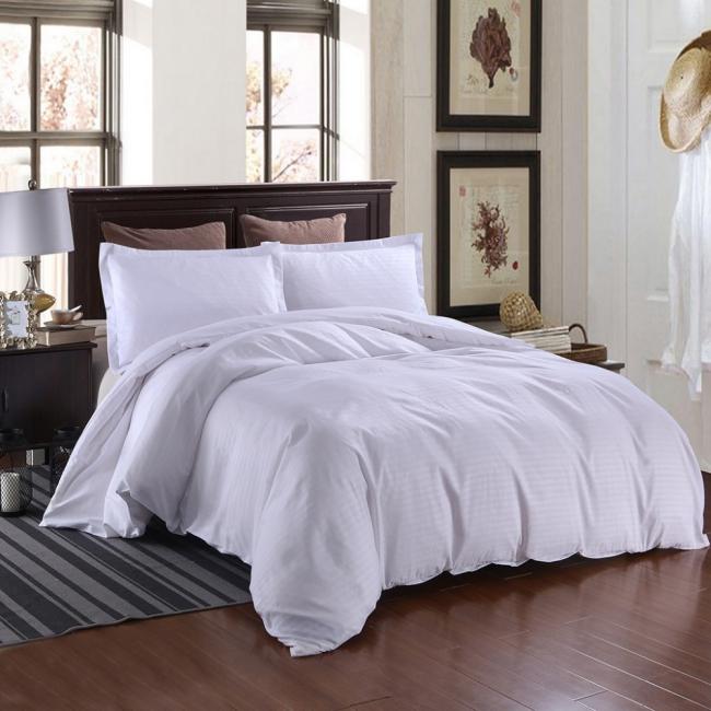couvre-lit satin deux coussins beiges