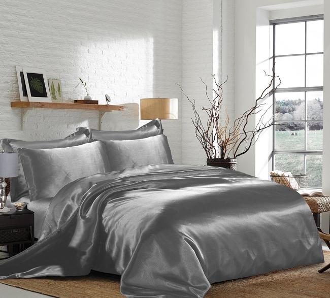 couvre-lit satin murs blancs