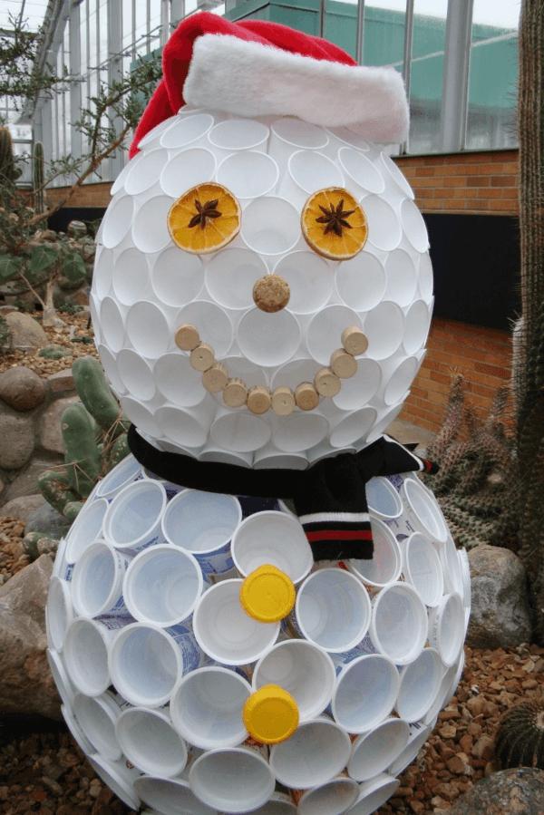 idée de décoration Noël diy bonhomme de neige fait de gobelets plastique déco de jardin