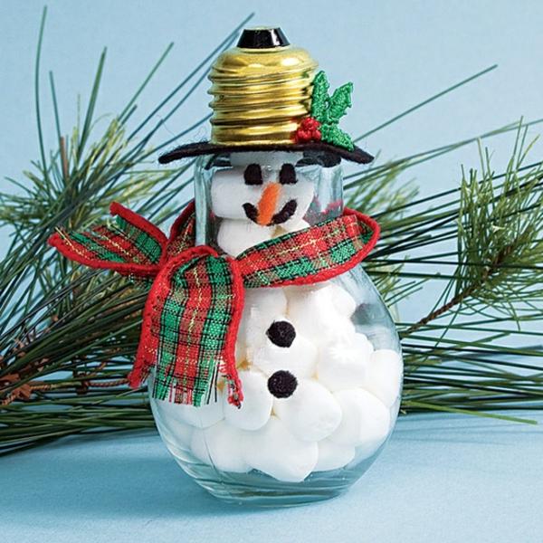 idée de décoration Noël diy bonhomme de neige fait d'ampoule électrique