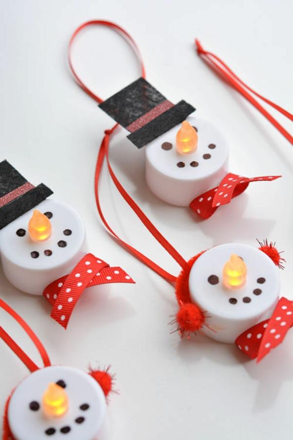 idée de décoration de Noël à fabriquer soi-même bonhommes de neige faits de bougies plastique led