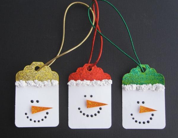 idée de décoration de Noël à fabriquer soi-même bonhommes de neige faits d'étiquettes en carton