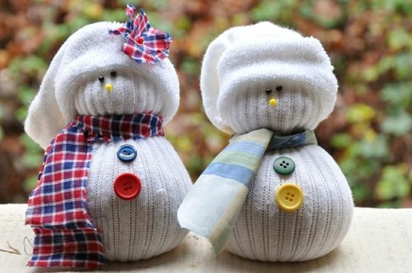 idée de décoration Noël diy bonhommes de neige faits de chaussettes et de riz