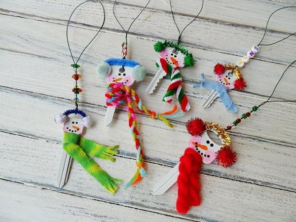 idée de décoration de Noël à fabriquer soi-même petits bonhommes de neige faits de clés