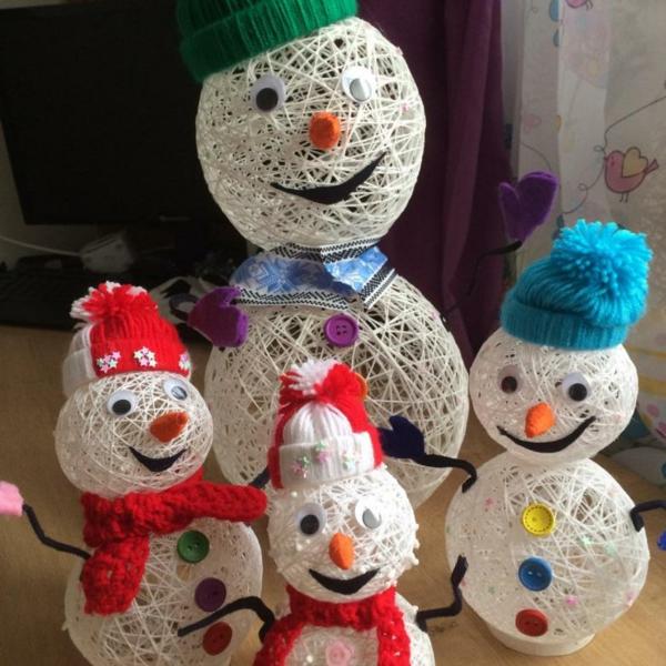 idée déco Noël à fabriquer soi-même bonhommes de neige confectionnés de fil blanc