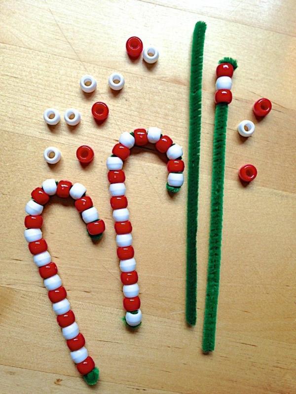 idée de décoration de Noël à fabriquer soi-même cannes de sucre faites de cure-pipes et perles plastique