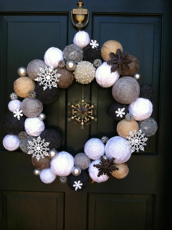 idée de décoration de Noël à fabriquer soi-même couronne faite de boules de fil