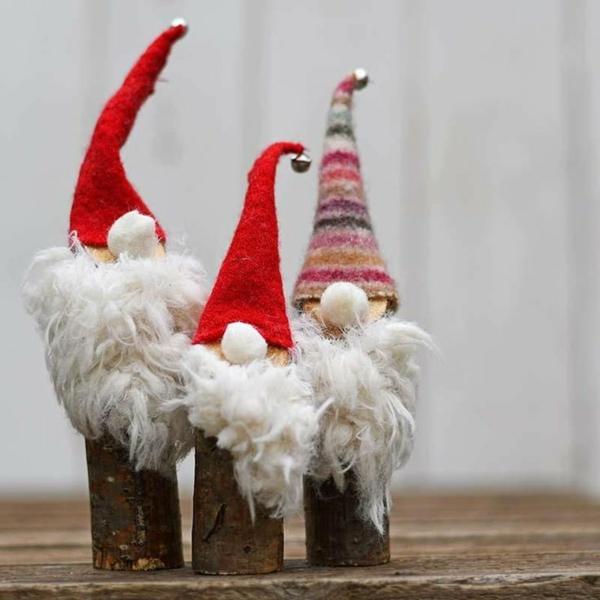 idée décoration Noël à fabriquer soi-même gnomes de noël faits de bois et textile