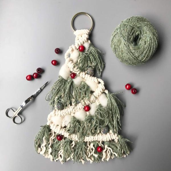 idée de décoration de Noël à fabriquer soi-même sapin fait en fils colorés