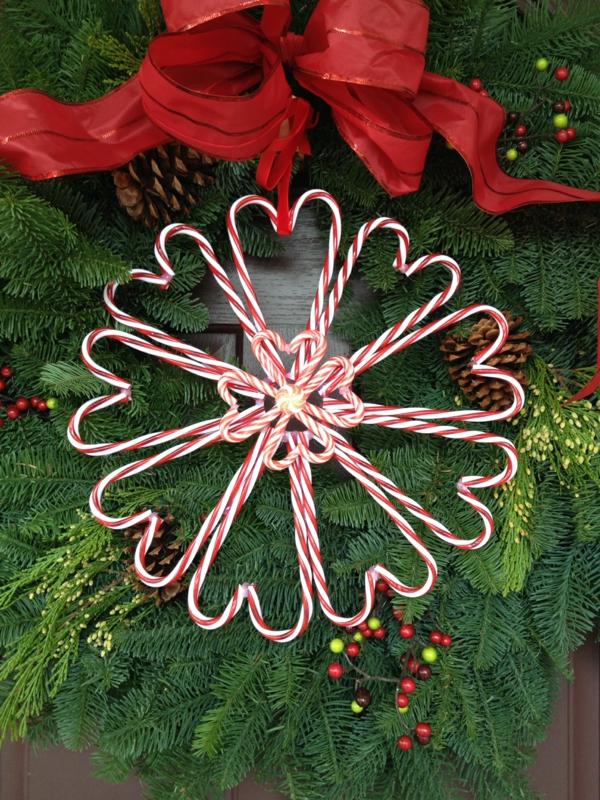 idée décoration Noël à fabriquer soi-même ornement de sapin fait de cannes de sucre