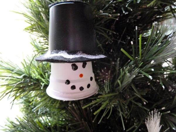 idée déco Noël à fabriquer soi-même bonhomme de neige fait de gobelet plastique