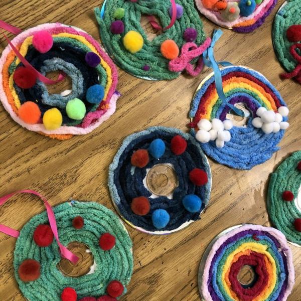 idée décoration Noël à fabriquer soi-même ornements de sapin faits de cd et fils colorés