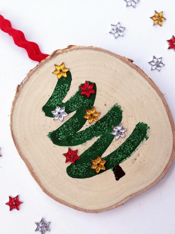 idée décoration Noël à fabriquer soi-même ornement de sapin fait de rondelle de bois