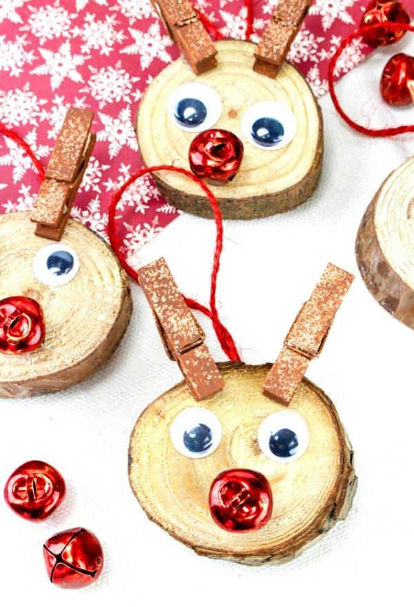idée déco Noël à fabriquer soi-même rennes de père noël faits de rondelles bois et pinces à linge