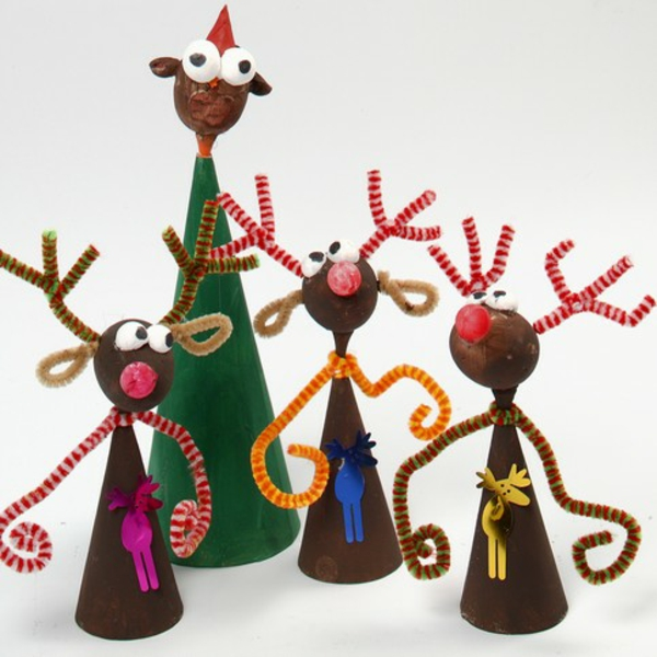 idée déco Noël à fabriquer soi-même rennes faits de carton châtaignes et cure-pipes