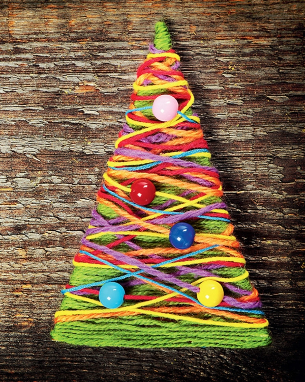 idée déco Noël à fabriquer soi-même sapin fait de carton et fils colorés