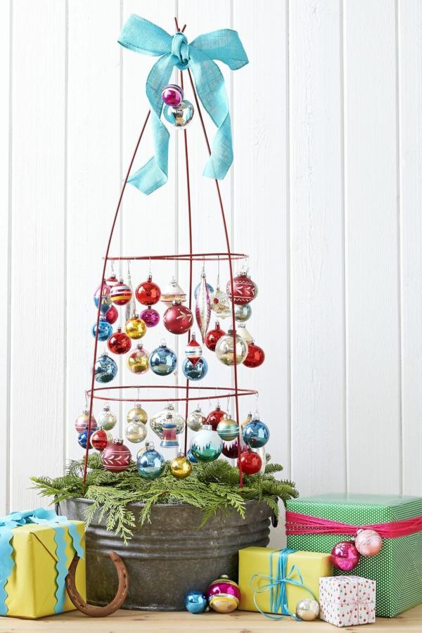 idée déco Noël à fabriquer soi-même sapin réalisé à partir d'une cage métallique de tomates