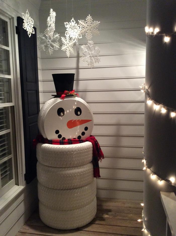 déco extérieure bonhomme de neige en chaussette et en pneus