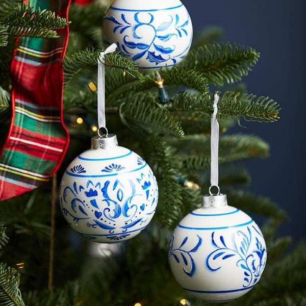 idée de décoration noël tendance boules de sapin en verre