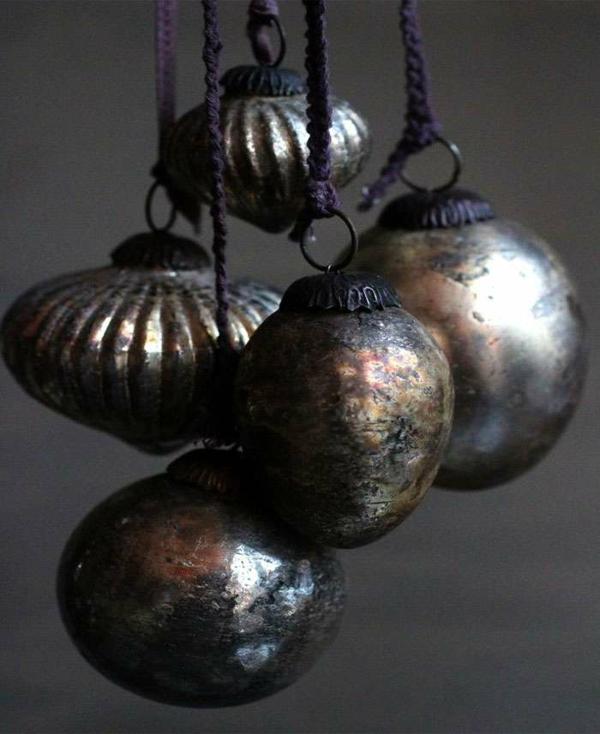 idée de décoration noël tendance boules de sapin argent vieilli