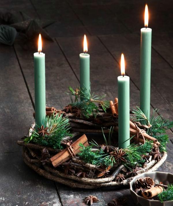 idée de décoration noël tendance couronne de verdure branchage bâtons de cannelle