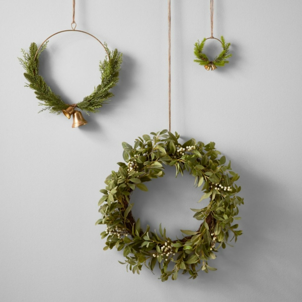idée de décoration noël tendance couronnes suspendues de verdure
