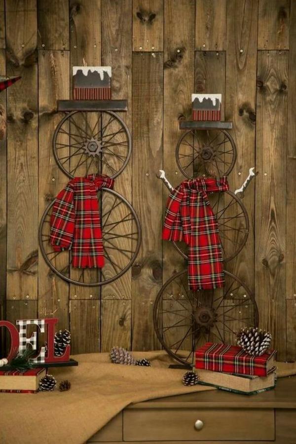 idée de décoration noël murale bonhommes de neige en roues de bicyclette