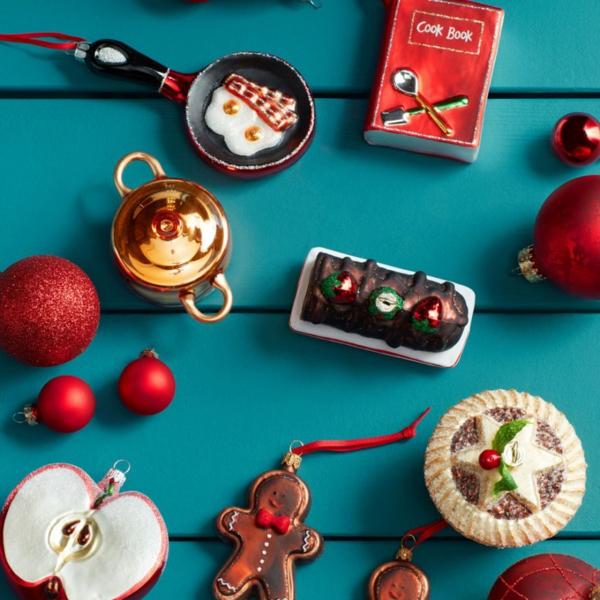 idée de décoration noël tendance jouets de sapin en couleurs vives