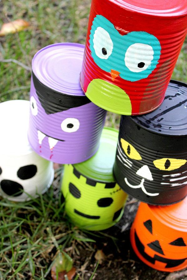 idée de décor halloween extérieur boîtes de conserve peintes