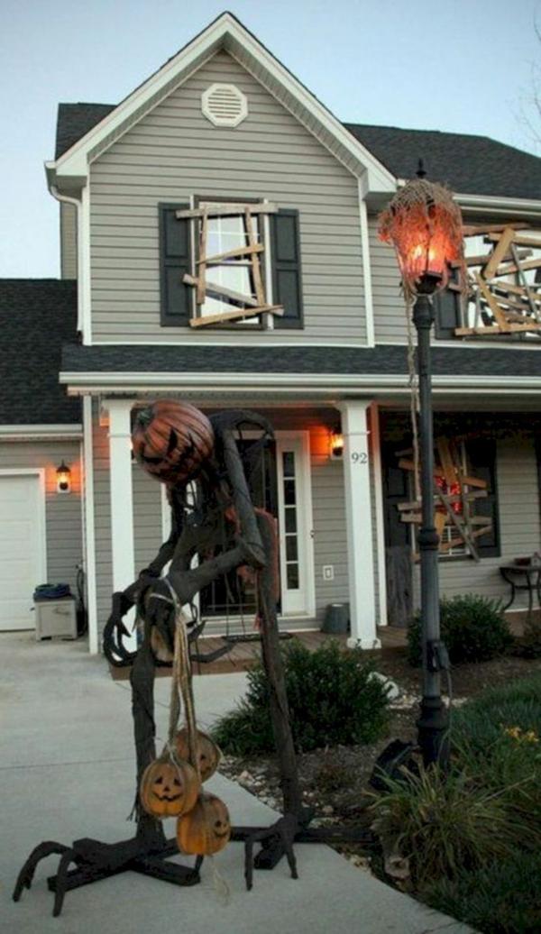 idée de décoration halloween extérieur fait maison figure terrifiante en bois et métal