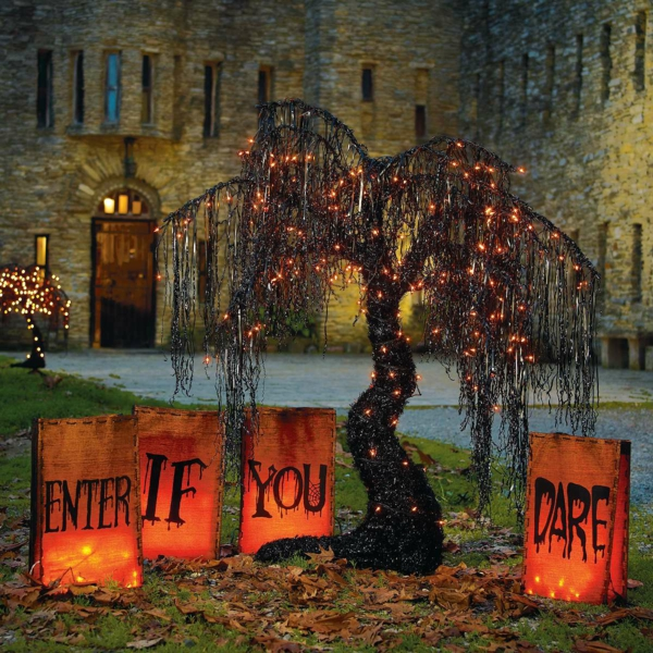 idée de déco extérieure pour halloween arbre orné de lampes led