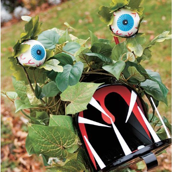 idée de décoration extérieur halloween diy boîte aux lettres avec des yeux et une bouche béante