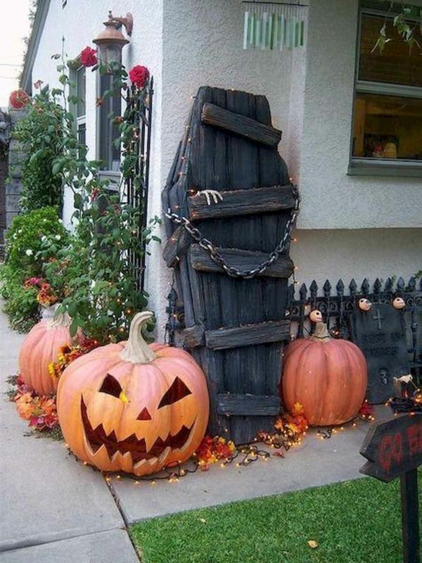 idée de décoration extérieur halloween diy coffre de momie réalisé de planches de bois
