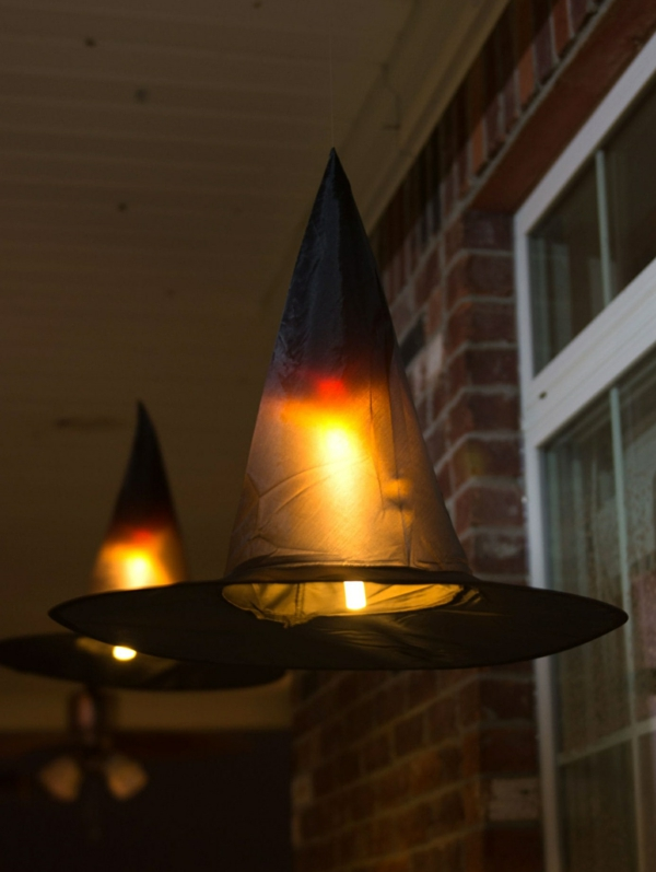 idée de déco extérieure pour halloween chapeaux de sorcières avec des lampes led déco terrasse