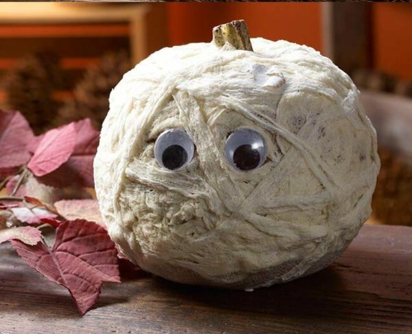 idée de déco extérieure pour halloween citrouille tête de momie