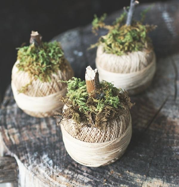 idée de déco extérieure pour halloween mini-citrouilles en ficelle et mousse végétale