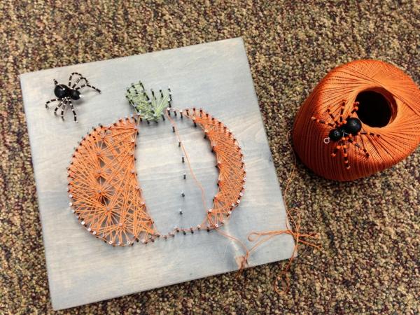 idée de décoration halloween extérieur fait maison tableau fil tendu et clous