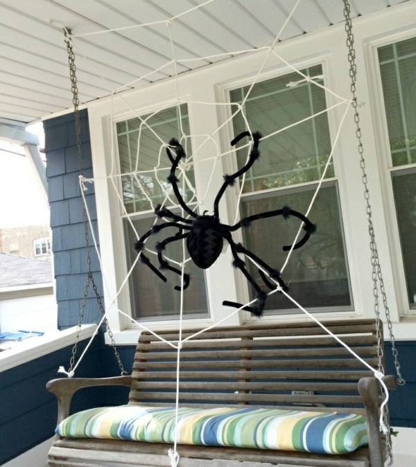 idée de décoration halloween extérieur fait maison toile d'araignée géante sur la terrasse