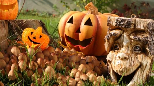 idée de déco extérieure pour halloween réalisée à partir d'un tronc d'arbre