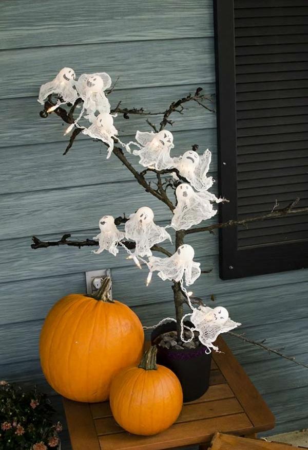 idée de déco extérieure pour halloween petits fantômes faits de balles plastique et gaze
